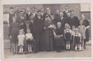 foto 9. Trouwfoto Gerrit Bloem en Marie Duisters met Gert rechts op stoel en Gaby en moeder links